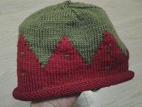 Отдается в дар Вязаная шапочка-клубничка