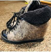 Отдается в дар Зимняя женская обувь на танкетке. Размер 36