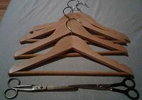 Отдается в дар Плечики, 4 штуки, деревянные, детский размер, длина по нижнему краю 31,5см.