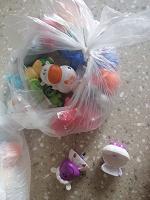 Отдается в дар Киндер игрушки и фломастеры Растишка