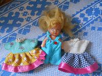 Отдается в дар кукла с платьями