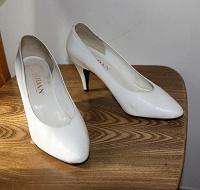 Отдается в дар белые туфли