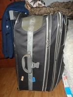 Отдается в дар 60 вещей огромный чемодан!!! есть верхняя одежда, сумки, зимняя одежда, летняя одежда размеры от 42 до 50