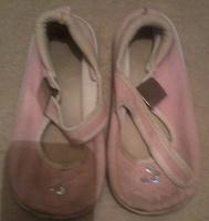 Отдается в дар матерчатые детские туфельки.