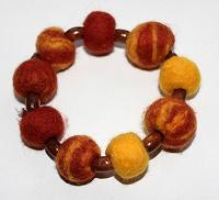 Отдается в дар Оранжевый валяный браслет с бусинками