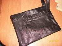 Отдается в дар небольшая кожаная борсетка, кошелек для документов.