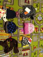Отдается в дар 4 детские шапочки для мальчика, 1 для девочки и декларативный шарфик.