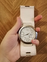 Отдается в дар наручные белые часы