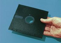 Отдается в дар рыжая дискетница на 5 дюймов + дискеты (3 и 5 дюймов)