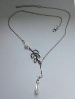 Отдается в дар Кулон металлический с перламутровыми бусинами на цепочке 52 см. Б/у.
