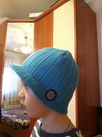 Отдается в дар Голубая шапка с козырьком