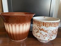 Отдается в дар Два керамических цветочных горшка.