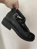 Отдается в дар женские ботинки с хлястиком. 36.5 размер.