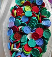 Отдается в дар Крышки разноцветные
