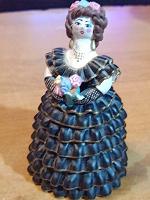 Отдается в дар Керамическая статуэтка женщины в шикарном наряде