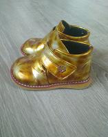 Отдается в дар Детские ботинки золотистого цвета.
