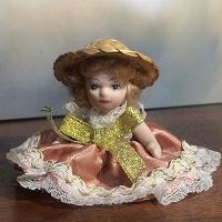 Отдается в дар Маленькая фарфоровая куколка.