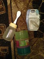 Отдается в дар Детское: соска, бутылка с ложкой и контейнеры