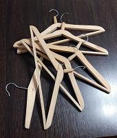Отдается в дар Вешалки деревянные и пластмассовые