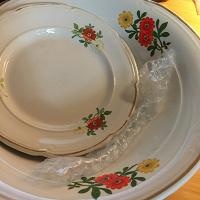 Отдается в дар Пирожковая тарелка и глубокое блюдо.
