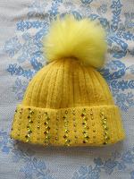 Отдается в дар Теплая женская шапка ярко-желтого цвета