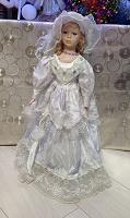 Отдается в дар Кукла фарфоровая на подставке