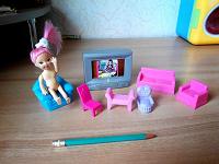 Отдается в дар Маленькая кукла с мебелью для гостинной