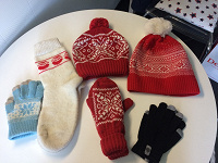 Отдается в дар Зимние аксессуары, тонкий шарф, сумки-шопперы