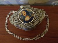 Отдается в дар Подвеска «Мона Лиза», новая.