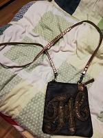 Отдается в дар маленькая сумочка на длинном ремешке