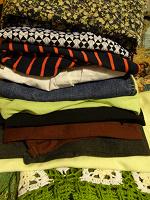 Отдается в дар Пакет женских вещей 44-46-48 (2 брюк, ветровка, 4 платья, 2 юбки, жакет, блузки)