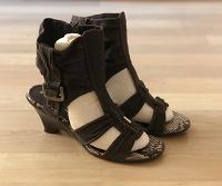 Отдается в дар Обувь женская 37-38 три пары на низком каблуке ждут хозяйку
