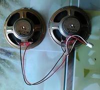 Отдается в дар Два динамика с проводами и радиодетали