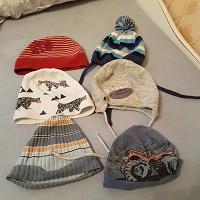 Отдается в дар Осенне-весенние шапки для мальчика