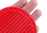 Отдается в дар резиновая массажная щетка для шерсти животных