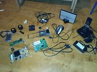 Отдается в дар Железо компьютерное, мышь, колонки, наушники, юсб фонарик, городской телефон.