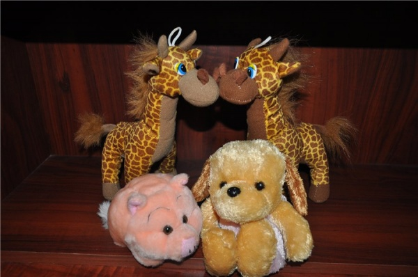 Мягкие игрушки: жирафы, свинка, собачка